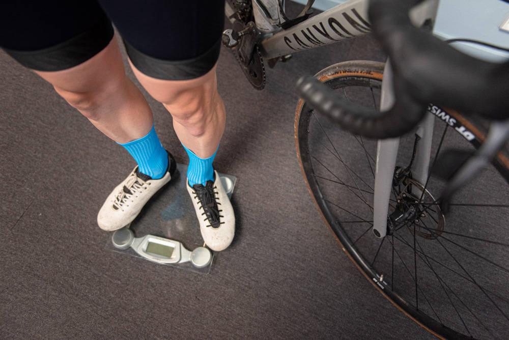 WATT OG VEKT: Trøkket i labbene dine, samt vekten din, er avgjørende for hvor raskt du sykler. Foto: Henrik Alpers