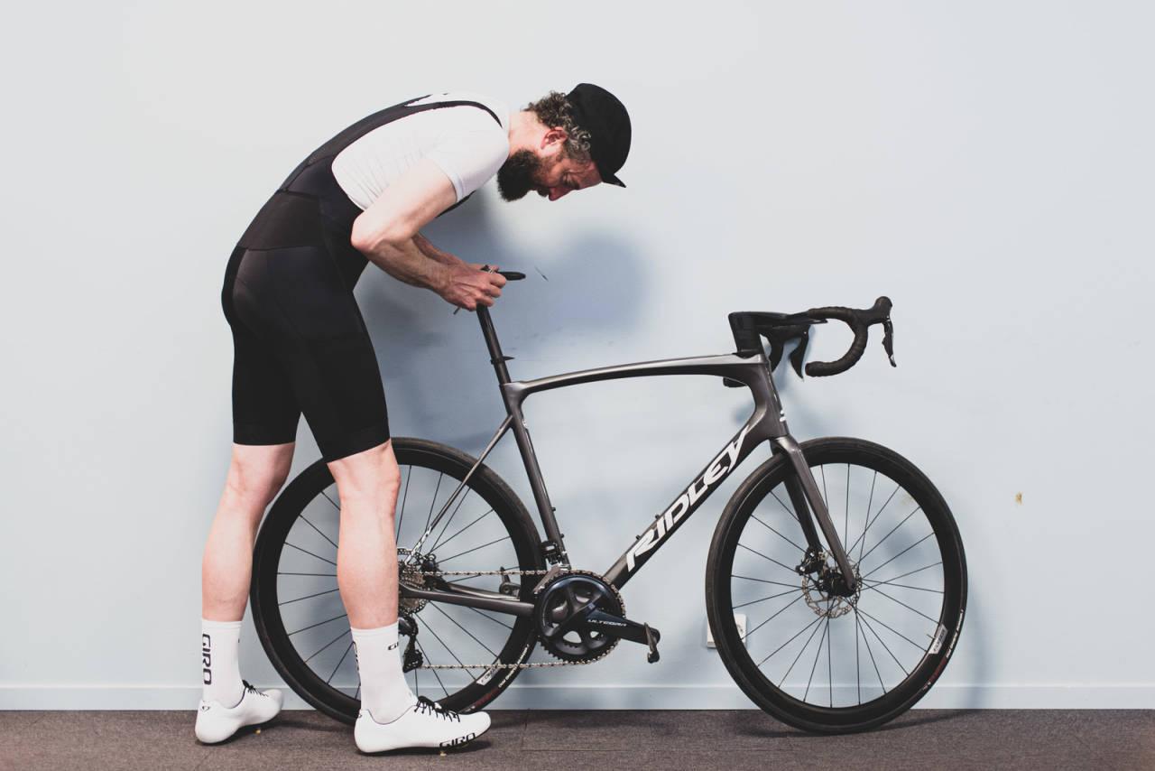 HØYT NOK? En fortvilet syklist aner ikke hvor høyt han skal sitte, han bare vet at dette er for lavt. Men hva er riktig setehøyde?. Illustrasjonsfoto: Øyvind Aas.