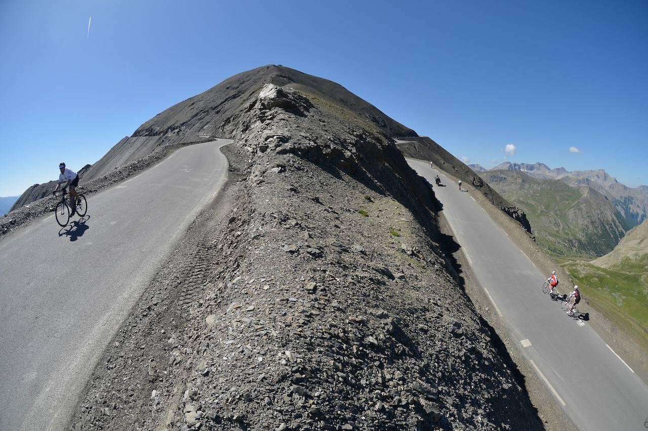 MEKTIG: Ryttere passerer toppen toppen ved Cime de la Bonette. Foto: Arrangøren.