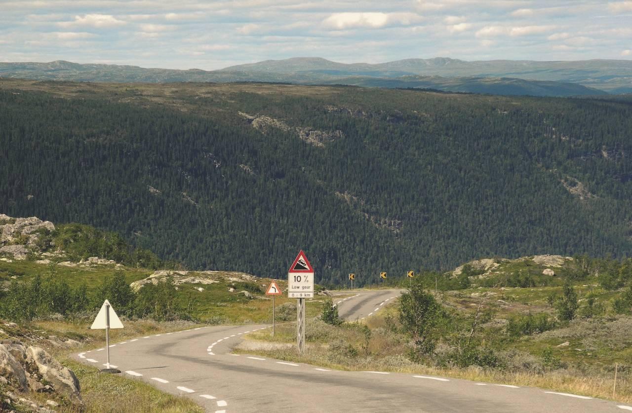 ET GODT STYKKE ARBEID: Det er deilig å snu seg å se tilbake på den bakken man allerede har klatret. Lang der nede ligger Rjukan.