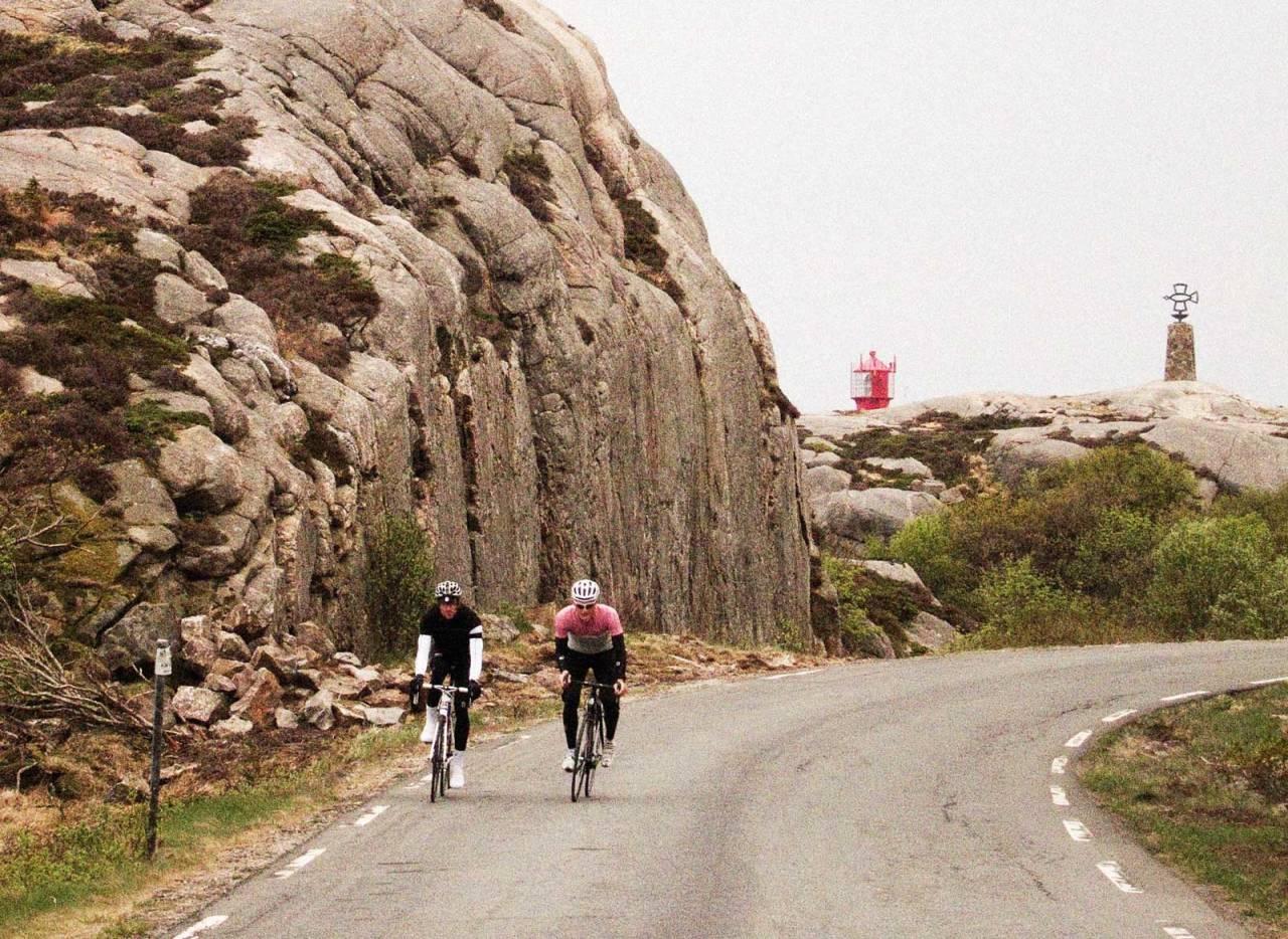 FYRER AV GÅRDE: Lindesnes fyr er et værhardt og spektakulært sted. Terrenget er en godtebutikk for en landeveissyklist, og lenge før vi mistet fyret av syne gikk praten om den svingete veien.