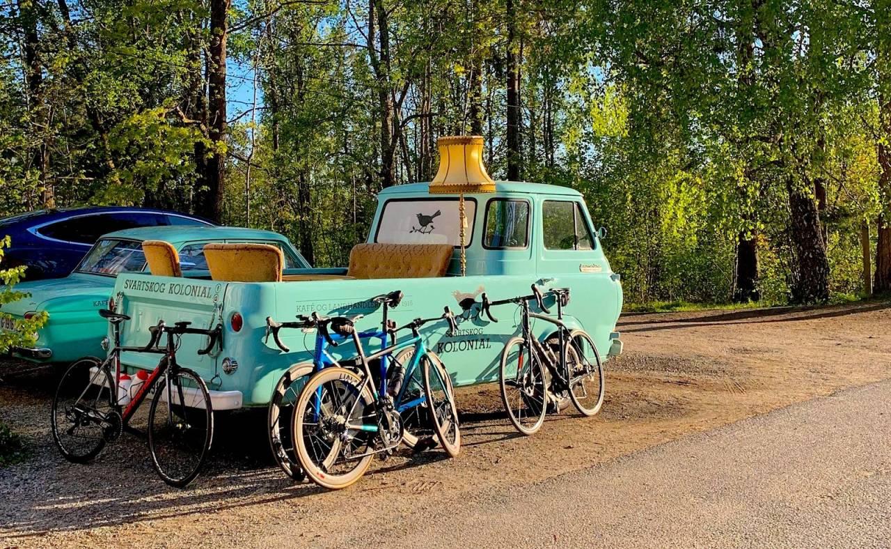 KAFFEPAUSE: I morgen kan du drikke kaffe og spise wienerbrød med andre syklister hos Svartskog kolonial. Foto: Hans Flensted-Jensen.