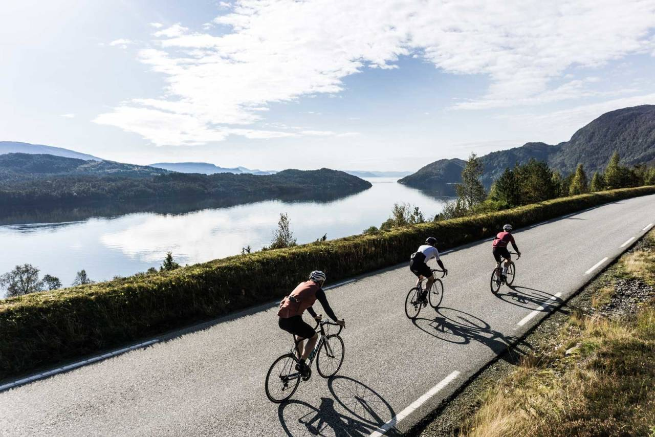 SJOKOLADELANDSKAP: Langs Samnagerfjorden med Fusa på andre siden av fjorden og havet i horisonten.