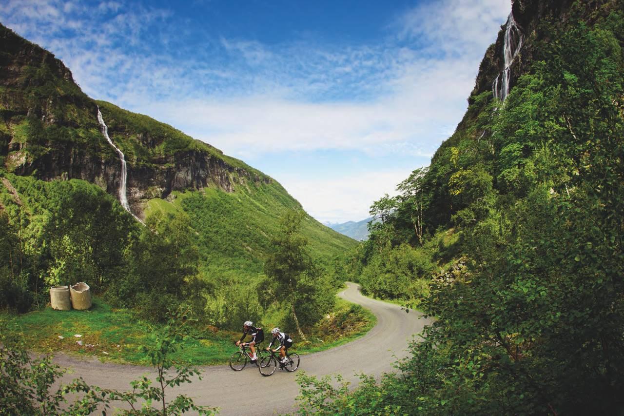KLATRING: Turen til Herdalssetra innebærer masse klatring. Ronny Ræstad og Henrik Alpers har akkurat fullført en bakke med 22 prosent stigning.