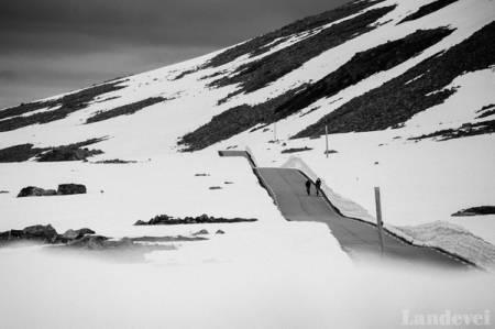 ISKALDT: Vårt første møte med brøytekantene var iskaldt. Men høyere skulle de bli, og kaldere ble det.