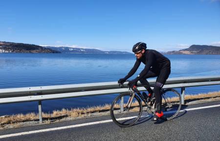 PÅSKETUR?: Undertegnedes partner in crime, Erik Kolsung, dunker av gårde langs Orkdalsfjorden. Foto: Knut Andreas Lone