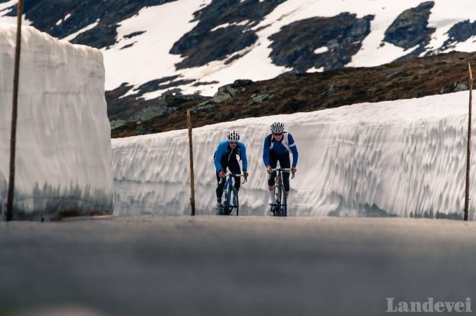 ÅPEN! Endelig kan vi sykle Tindevegen igjen! Foto: Henrik Alpers.