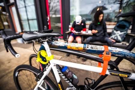 LØSNINGSORIENTERT: Det finnes masse produkter og løsninger for å unngå at sykkelen blir stjålet når du har en kaffestopp. Foto: Henrik Alpers.