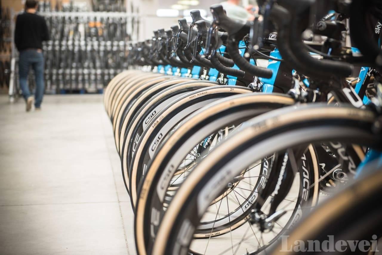Team Ineos sykler til Paris Roubaix