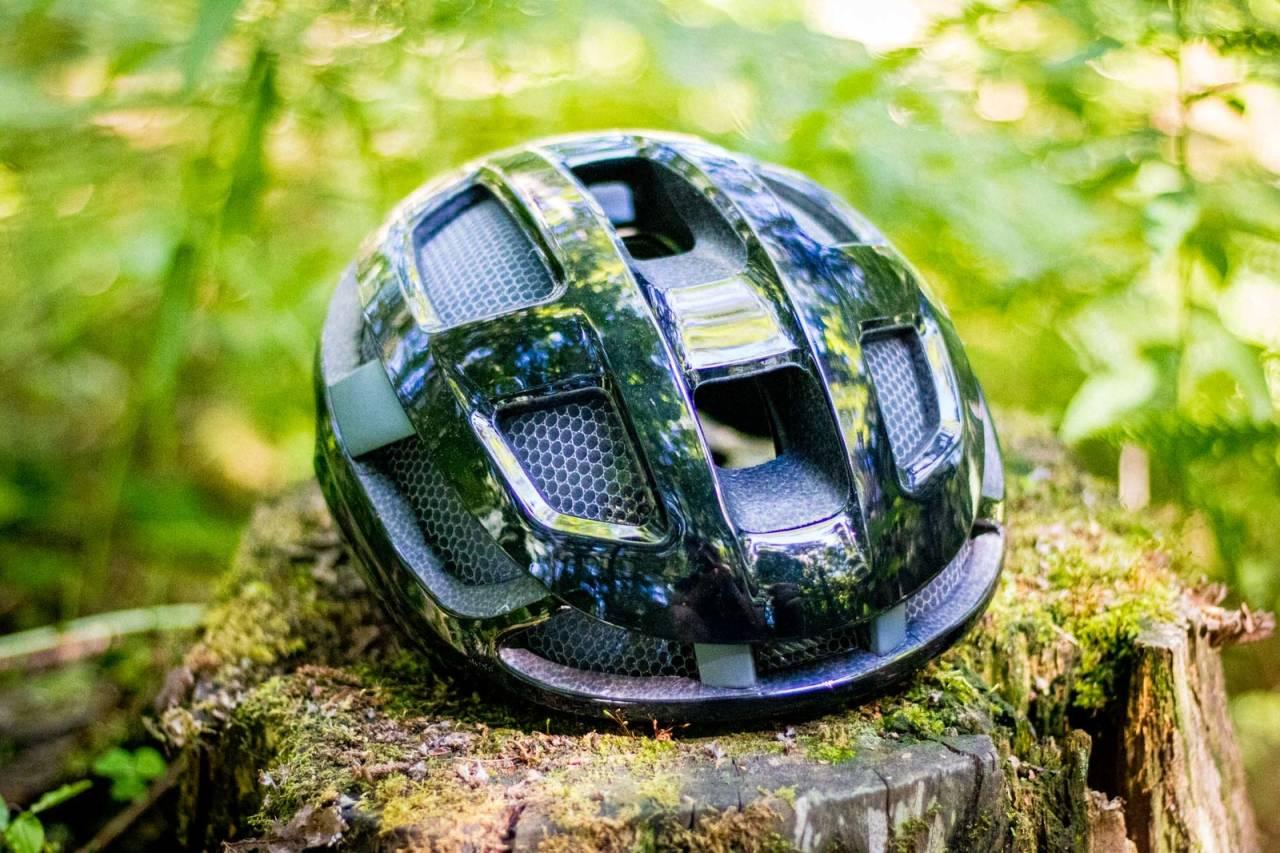 BIRØKTING?: Denne hjelmen kan få deg til å tenke både på honning og hockey, men det er en solid sykkelhjelm fra Smith. Alle foto: Knut Andreas Lone