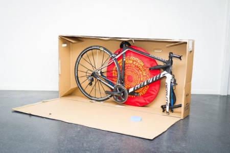 FORNYBAR: En pappeske er et billig og miljøvennlig alternativ når det kommer til transport av sykler. Foto: Henrik Alpers.