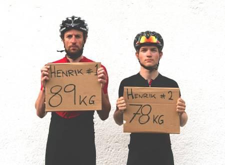 TUNG VS. LETT: Hvor mye watt må StoreHenrik til venstre trå sammenlignet med LilleHenrik? Vekten er inkludert sykkel. Foto: Henrik Alpers.