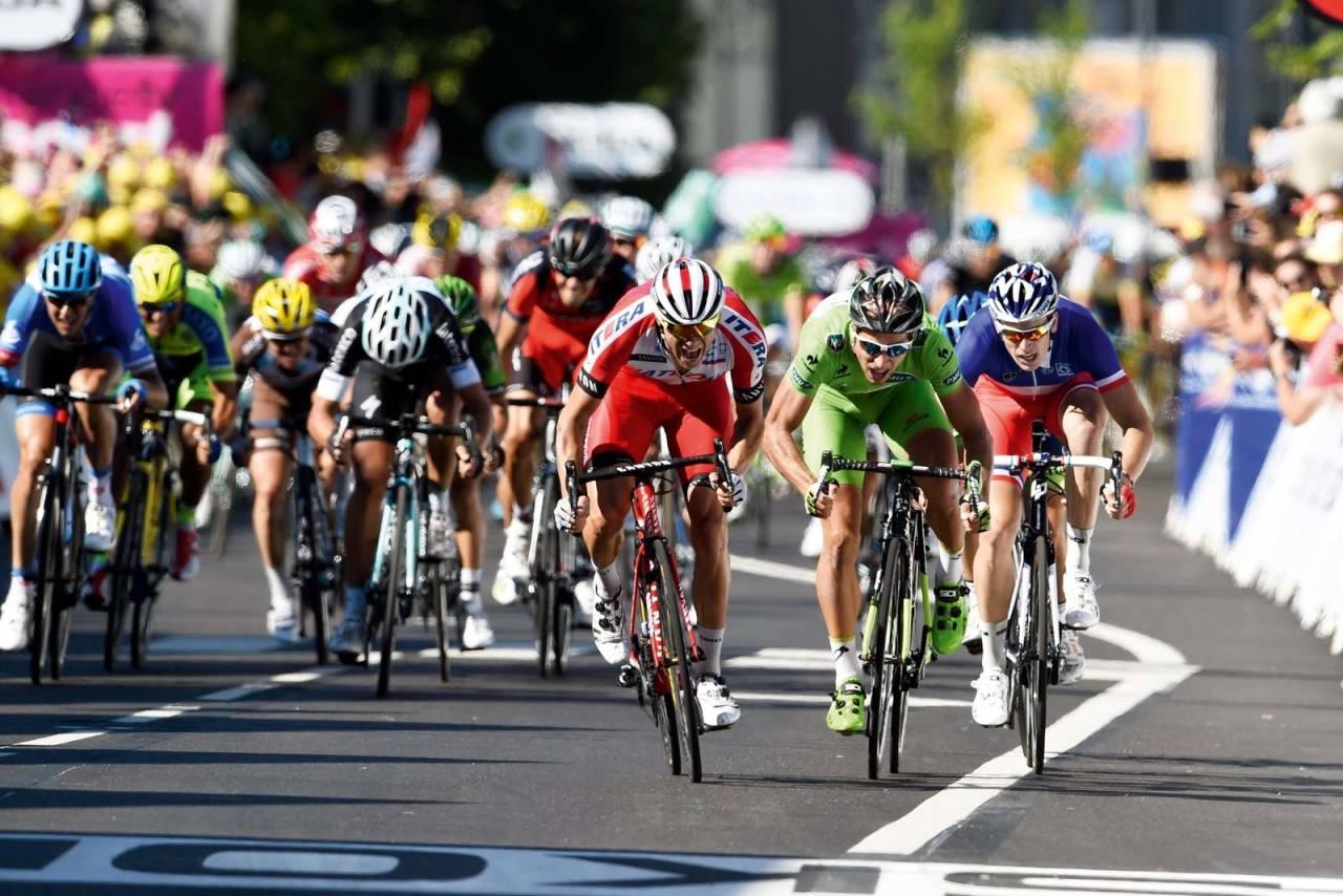 INGEN TVIL: Alexander Kristoff parkerer Peter Sagan og Arnaud Demare i sin første seier i Tour de France. Foto: Cor Vos.