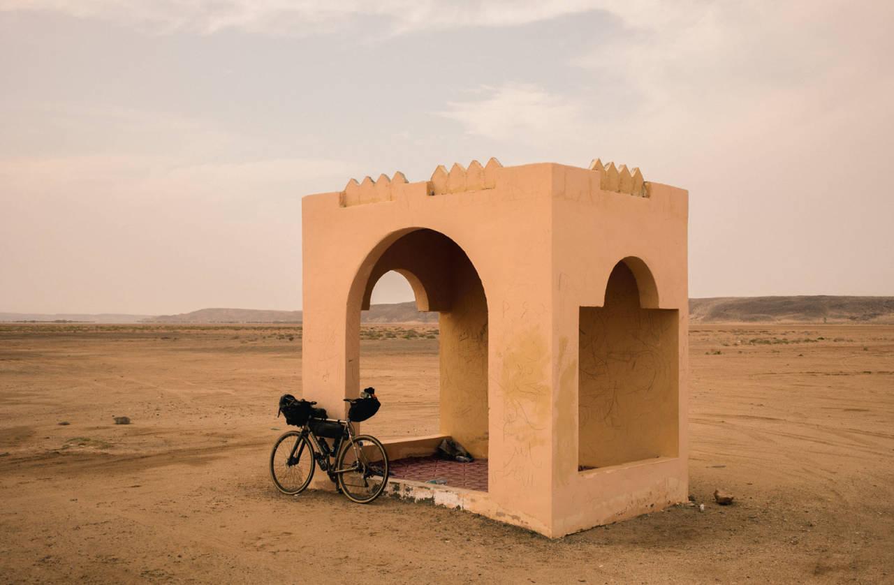 PAUSE: Et helt ordinært bussskur i Oman. 5/5 stjerner - anbefales for powernaps og rasteplass.