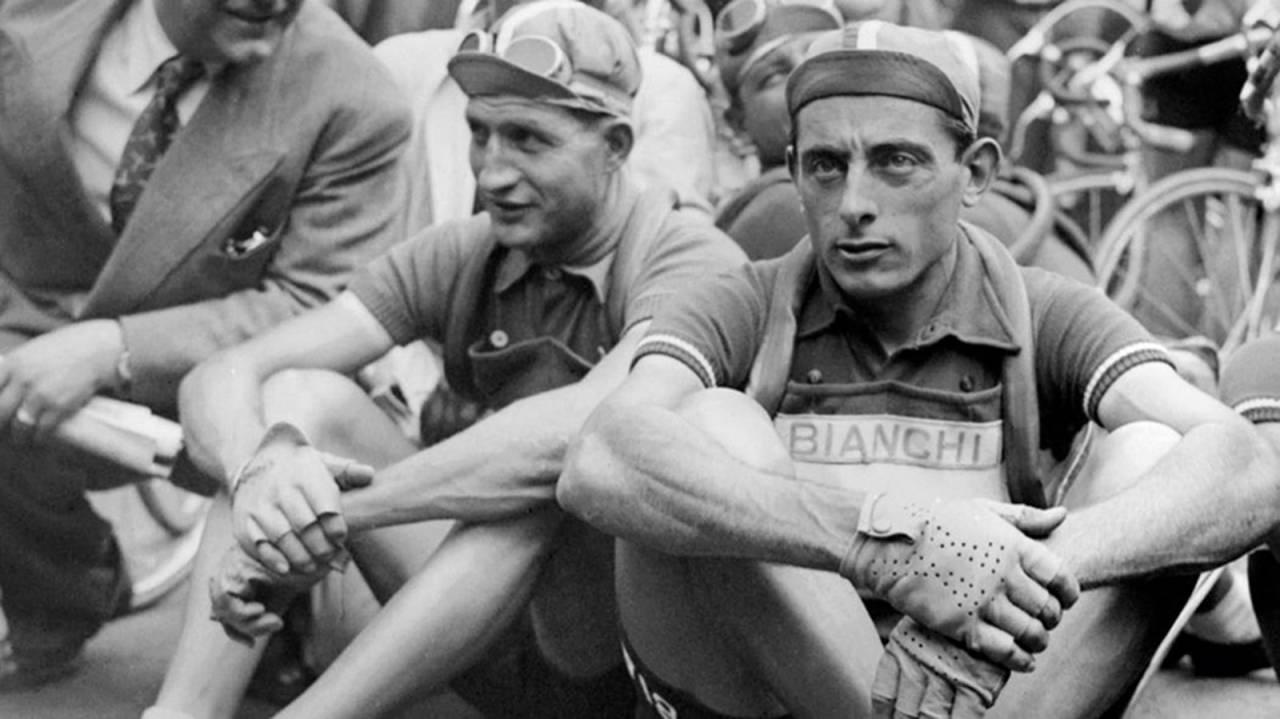 EN EKTE BATALJE: Fausto Coppi var fremsynt og eksperimentell, og gikk ikke av veien for å nyte både damer, nytt dop og festligheter. Gino Bartali på sin side var konservativ og religiøs. Deres stadige kjekling var av stor verdi for sykkelsporten, og i følge Bartalis sønn, Andrea Bartali, var den faktiske rivaliseringen de to i mellom mindre enn det kunne virke som. Bilde: Cor Vos.