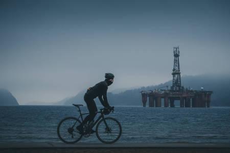 DØDSRIGG: Innerst i Rosfjorden ligger oljeriggen «Byford Dolphin» og spøker. Ikke la den skremme deg fra å ta veiene forbi. Foto: Lars K. Flem