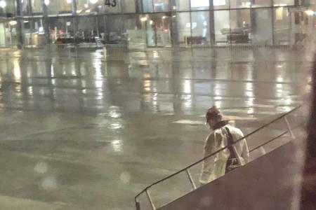 STOPPET PÅ VEI HJEM: Reisende som kom hjem fra Gran Canaria onsdag kveld fikk informasjon fra helsepersonell før de fikk gå av flyet. Foto: Sturla Almberg.