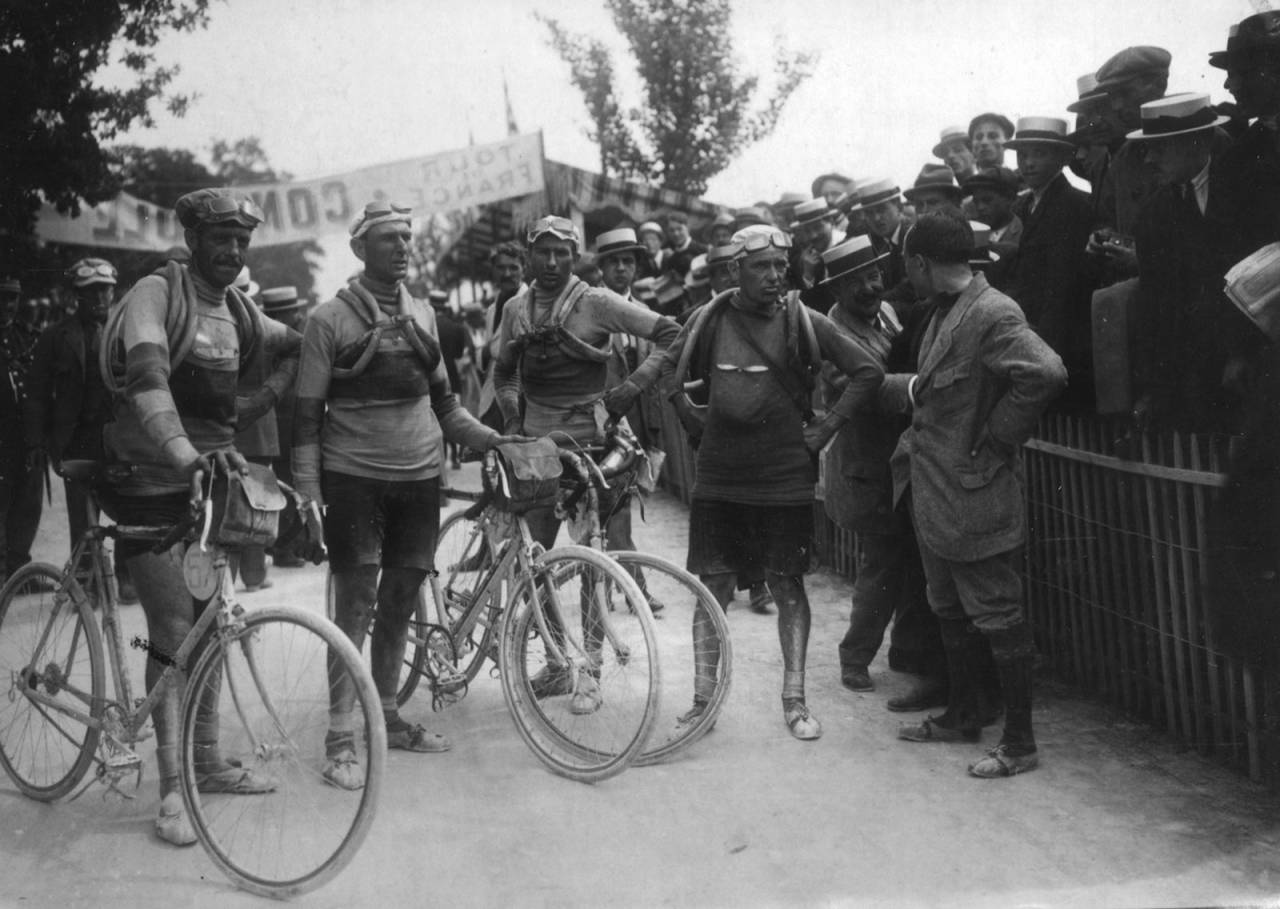 GAMLEGUTTA: Slik så Tour de France-deltakerne ut for 100 år siden. Foto: Presse Sport