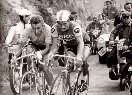 Skulder ved skulder: Jacques Anquetil (t.v) gjorde Raymond Poulidor til den evige toer. Men der historien om Anquetil slutter ved mannen, er Poulidor-navnet starten på historie som lever i beste velgående den dag i dag. Foto: Scanpix.