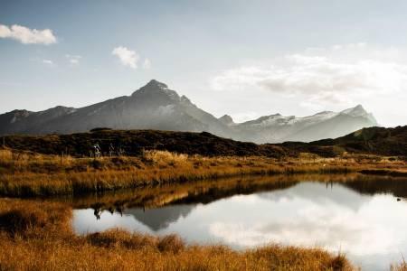 Postkort - poskort - postkort: Det er komisk idyllisk i høyden i Sveits. Grusveiene på toppen binder klatringene sammen. Men der asfaltklatringene kommer tett, er det langt mellom godbitene på grus. Foto: Henrik Alpers