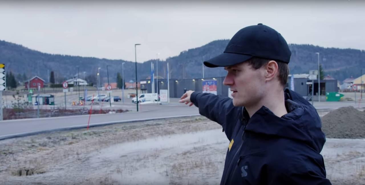 TILBAKE PÅ ULYKKESSTEDET: Syver Wærsted Westgaard ved stedet han ble kastet titalls meter gjennom luften. Skjermdump, Det neste steget.