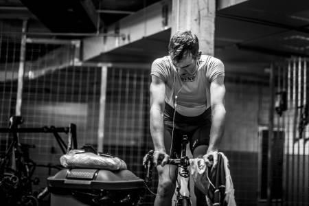 RULLEØKT: I garasjen til et hotell på Mallorca kjører han en totimersøkt. På dette tidspunktet har han ikke spist på nærmere to døgn. Foto: Tom Peeters.