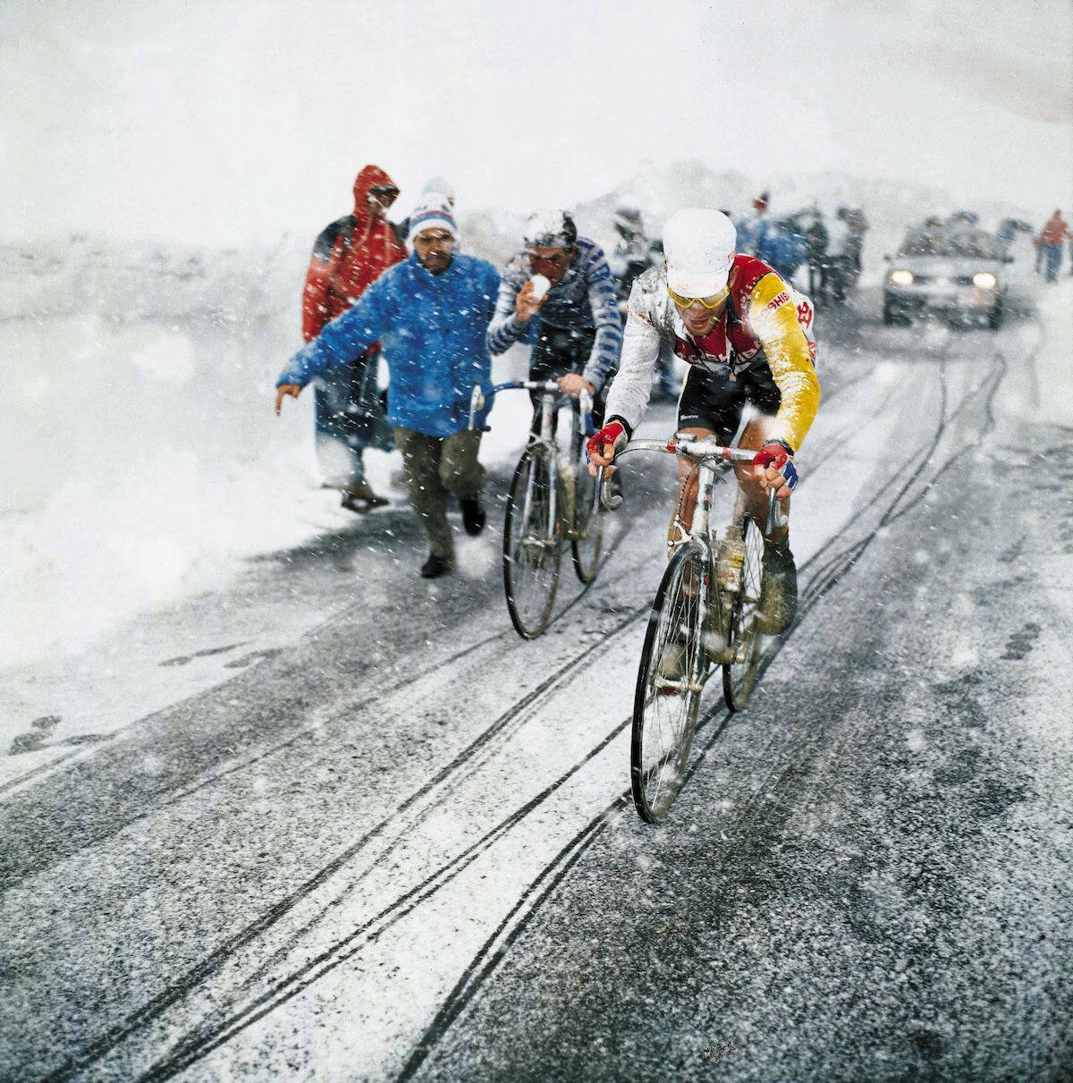 LEGENDARISK: Andy Hampsten på vei over Gavia i 1988. Foto: Cor Vos