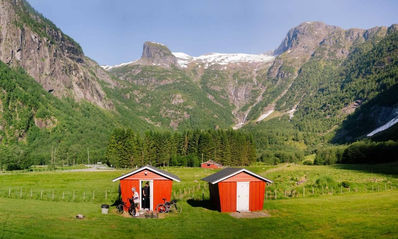 DU OG JEG OG VI TO: Stort mer er det ikke i dalføret, enn disse to campinghyttene.