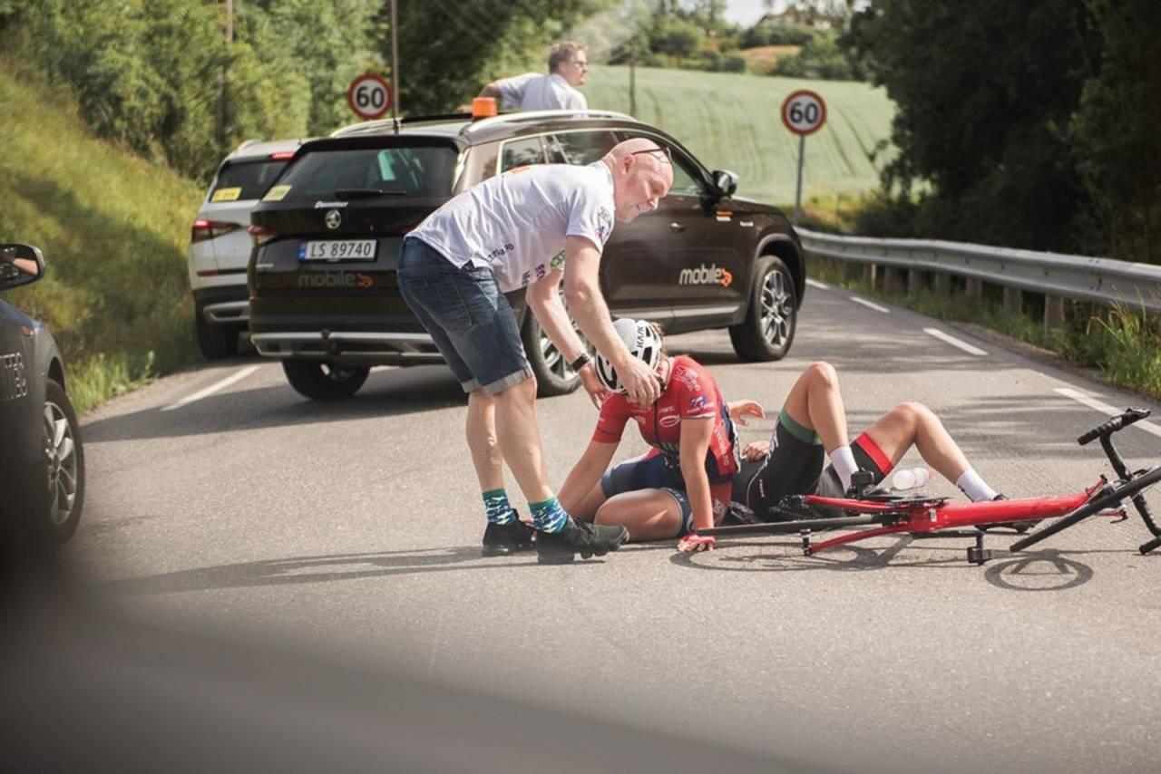 STANG UT: Sykler du kategoriserte ritt vil følgebiler og ambulanse gi hjelp ved velt og uhell. I et turritt bør det være en minimumsforståelse for at første ankomne eller involverte blir igjen til situasjonen er avklart. Illustrasjonsfoto: Henrik Alpers.