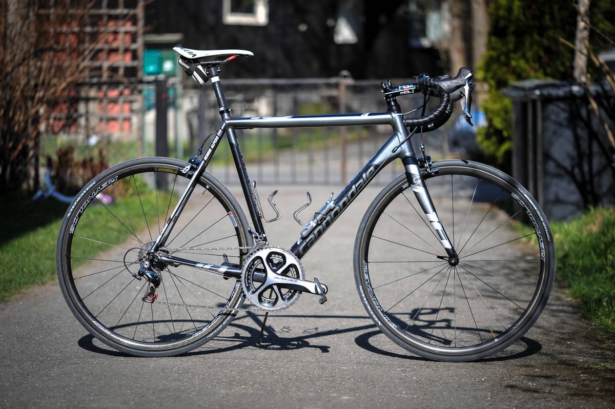 GRÅTASS: Grått og svart er det som går igjen på aluminiumssykkelen fra Cannondale. Foreløpig er det mye karbon på delene.
