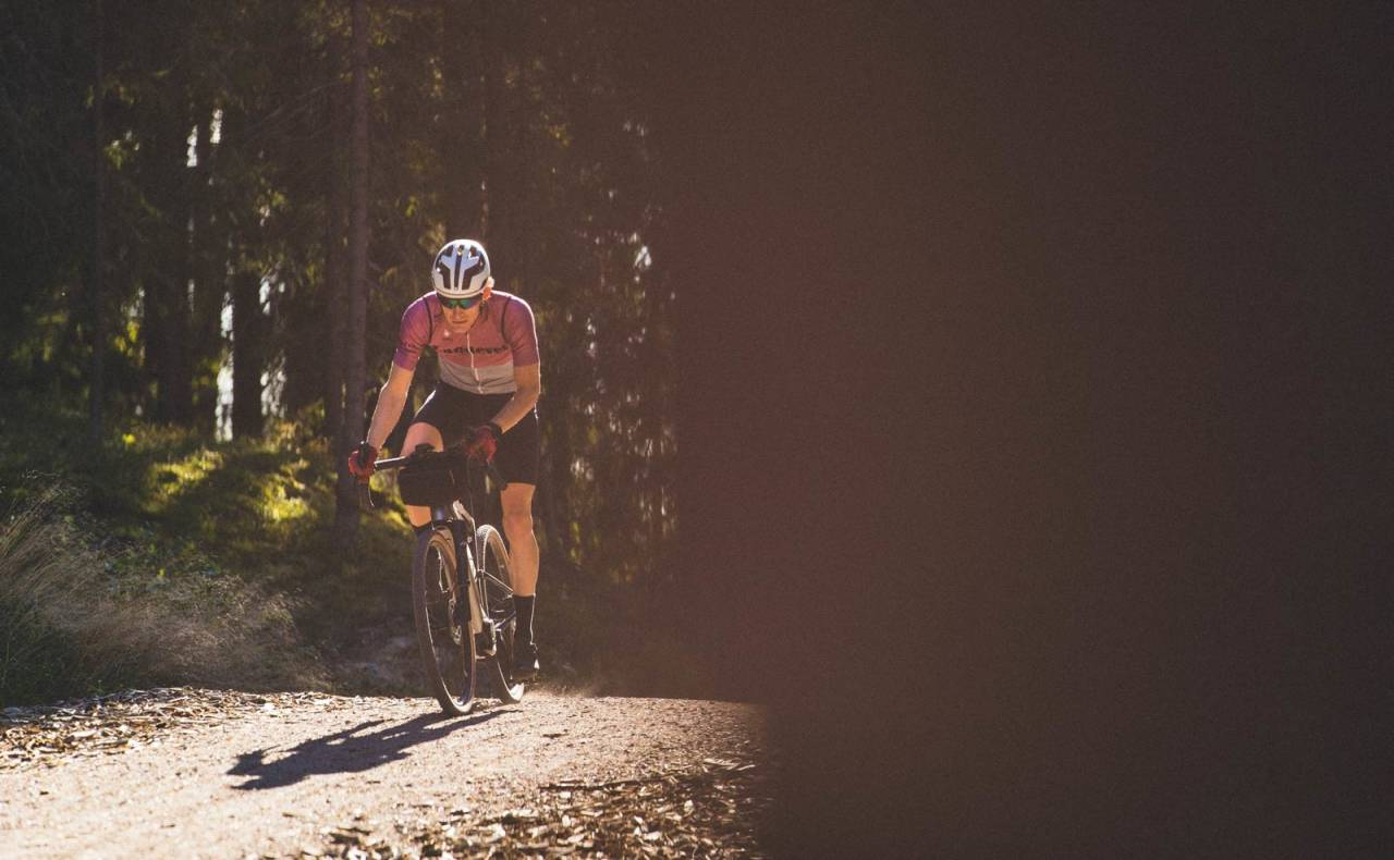NY DIMENSJON: Med hjelpemotor på grussykkelen kan du sykle lengre, fortere og høyere uten å bruke mer krefter. Både Cannondale Topstone Lefty Neo og Canyon Grail:On fungerer som vanlige sykler på flatmark, men gir masse hjelp i motbakkene.