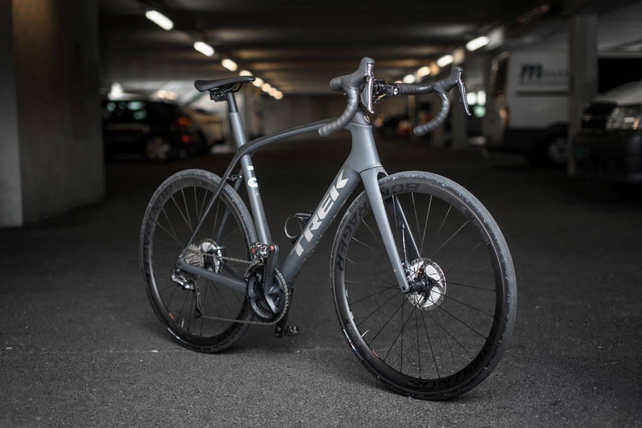 IKKE BARE TIL BROSTEIN: Trek Domane SL7 er en robust blandeveissykkel med komfortabel sittestilling og innebygget støtdemping.