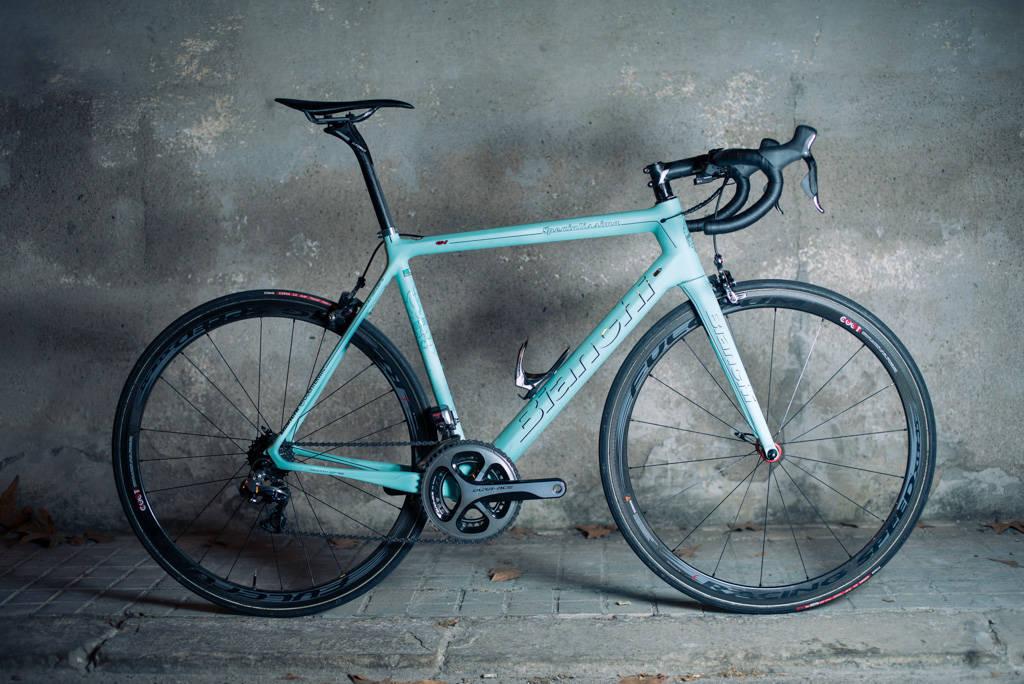 TURKIS GLEDE: Ensfargede sykler kan ofte gi deg overdose, men denne mattgrønne Bianchien ga samtlige testere gåsehud. Foto: Henrik Alpers