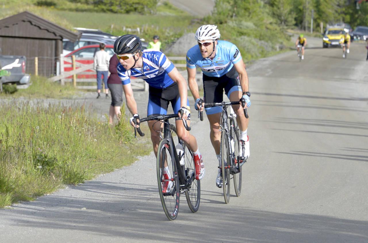 TUNGT: Jonas Ellingsen og Oddbjørn Klomset Andersen kjemper om seieren på Storefjellsetappen, ble utvidet for Tour de Hallingdal 2015. I år blir det enda flere høydemeter. Foto: Børge Jensen