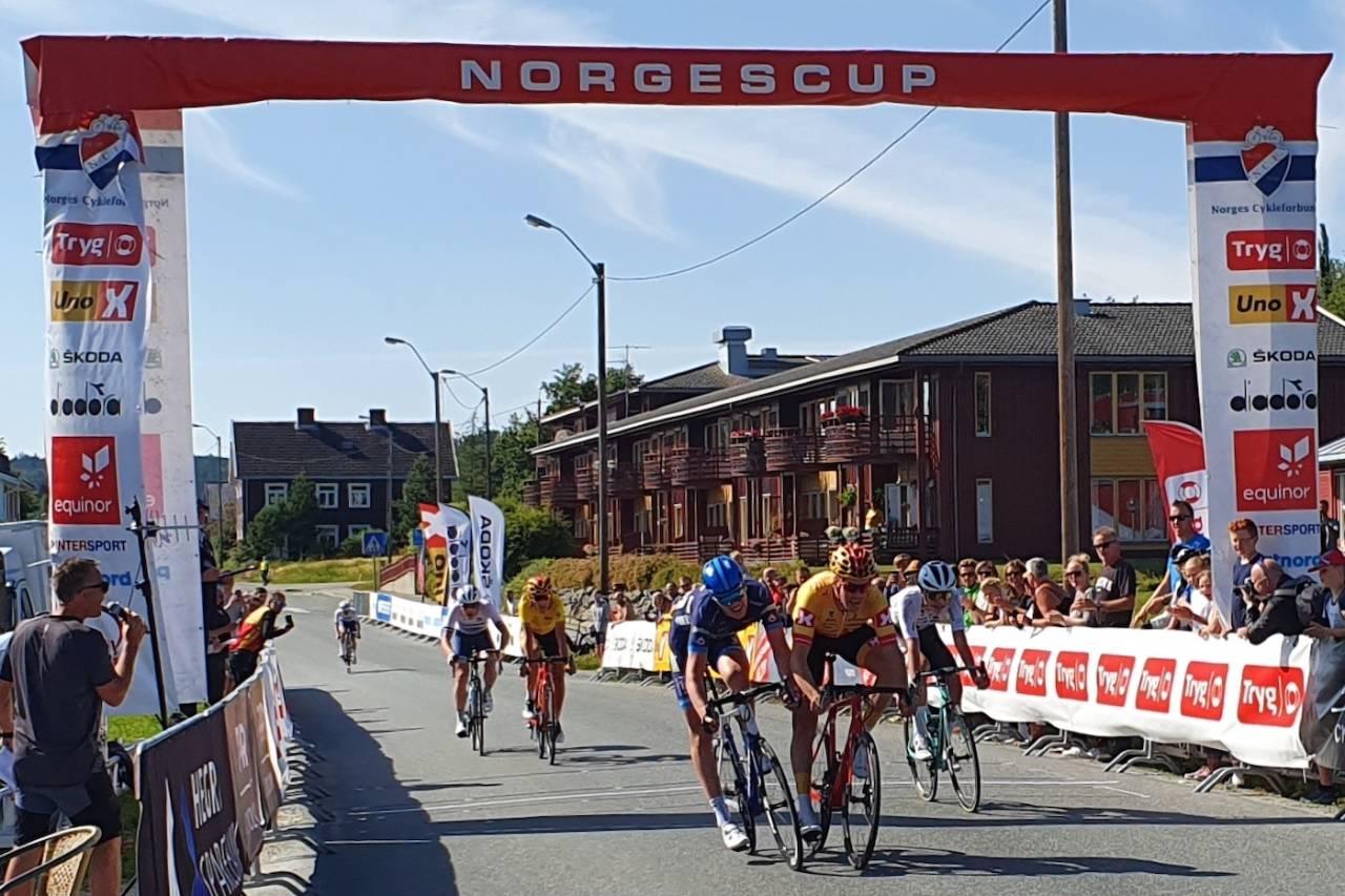 MÅLFOTO: Søren Wærenskjold (i blått) tok seieren på fellesstarten i Stjørdal foran Erik Nordsæter Resell. Foto NCF Oddvar Sagbakken Saanum