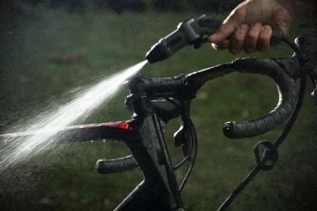 Den oransje Bikewash Pro-vaskeren har en stor vanntank på 20 liter, ekstra lang spylerslange og<span class='oval'>…</span>