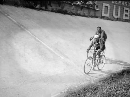 666 METER RUNDT: Hvilken ironi. Alancourt og Bottecchias nese kommer først inn på Parc des Princes-velodromen i Paris på siste etappe. Bottecchia vinner den også. Parc des Princes var Tourens avslutningsarena til og med 1967. Foto: Presse Sports