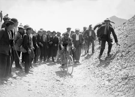 TOURMALET: Det berømte Pyreneerpasset er ikke nyasfaltert når Ottavio Bottecchia passerer toppen i gul trøye. Tourmalet skal bety fæl tur, sånn omtrent. Foto: Presse Sports