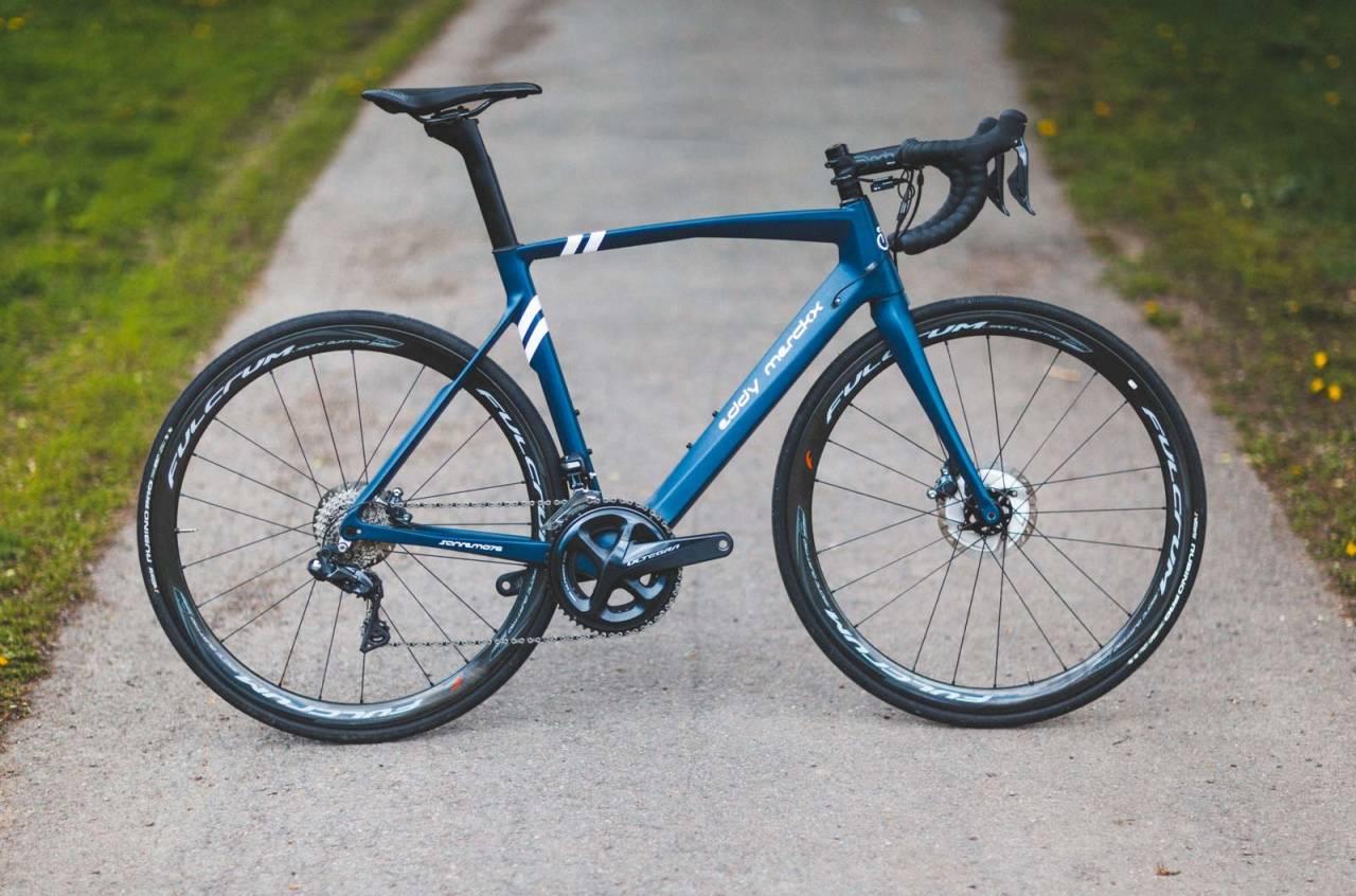 BLUE STEEL: Eddy Merckx' aerosykkel er til forveksling lik en standardsykkel. Middels profil på hjulene og kraftige setepinne er det største aero-grepene.