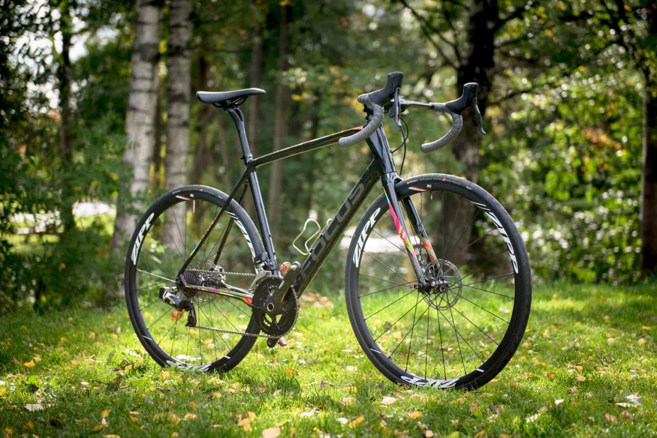 FARGERIK: Med svart som grunnfarge, har Focus hevet på  ere bånd med sterke neonfarger.