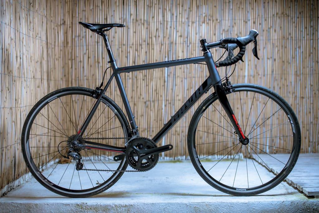 GRÅSVART: Det har gått inflasjon i matte, mørke sykler, men Bikeshop.nos rimelige Treviso overlever fint i den kategorien. Foto: Henrik Alpers