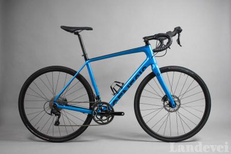 MODIG: Genesis' blåfarge synes veldig godt, og vi kan ikke annet enn å synes det er skikkelig stilig.