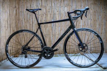 TILBAKELENT: Rose Xeon DX er sykkelen for de lange turene der det er godt å strekke ryggen. De store skivene under stemet kan fjernes. Foto: Henrik Alpers
