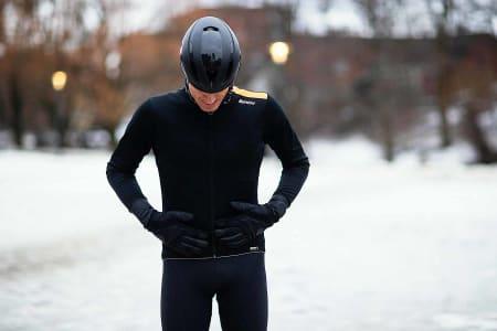 Santini Vega Extreme er en varm og tett jakke med ettersittende passform.