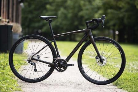 NYTENKENDE: Specialized Diverge er eneste sykkel i testen med fjæring i styret. Den unike FutureShock-løsningen gir suveren komfort. Karbonrammen er testens lekreste.