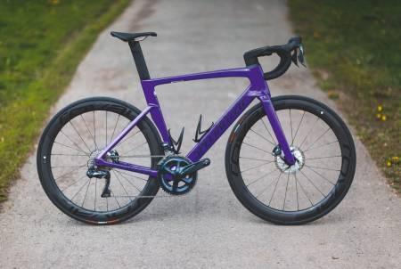 SISTE GENERASJON: Specialized har laget aerosykler i flere år. Den nye Venge-sykkelen utnytter skivebremsene til å integrere ledninger og bremseslanger bedre enn tidligere. Aero-profilene er ikke ekstreme hverken på ramme eller hjul.