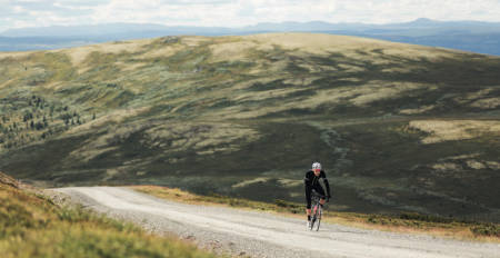 UT PÅ EVENTYR: Gjermund Kvåle Jordheim tar med sykkelen på grusveier utenfor Vinstra, for en bedre opplevelse enn bare langtur langs riksveien. Foto: Magnus Roaldset Furset.
