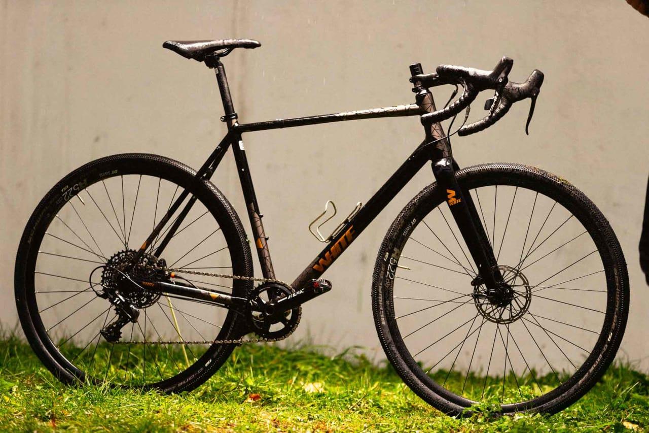 STILIG: White sin grussykkel GX Ltd har fine rørfasonger og kul, men nedtonet design. Vinkelen på setet er vanske- lig å få helt rett pga store trinn i vinkeljusteringen i setepinnen