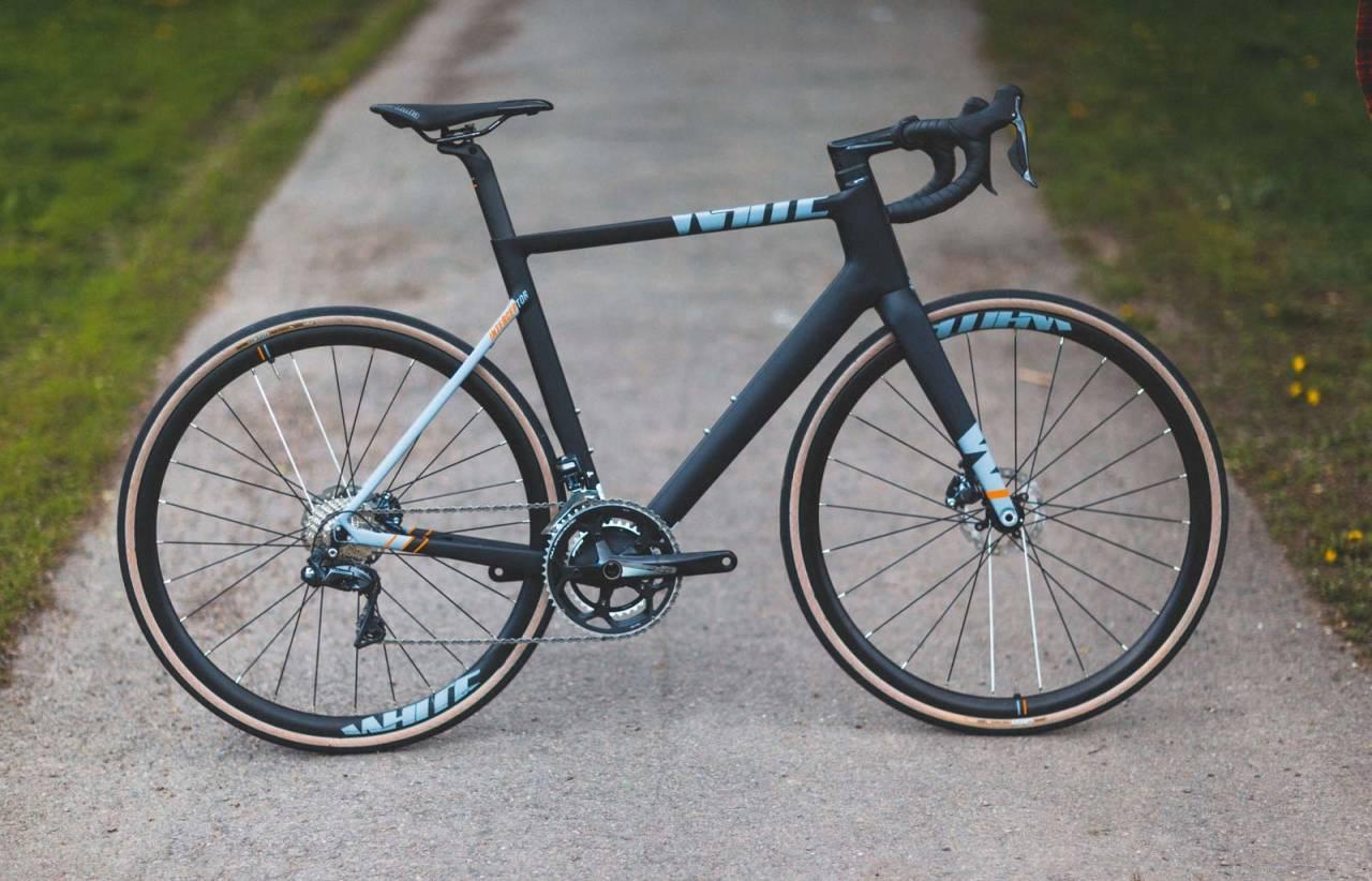 SUPERRYDDIG: White-sykkelen har justerbart styreoppsett med forbilledlig integrerte girledninger og bremseslanger og medium aeroprofil på rammen. Geometri og utstyr er en kombinasjon av komfortsykkel og aerosykkel.