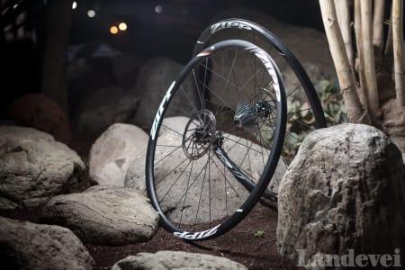 RITTKLARE: Zipps hjul oser «rac- ing». Bare utseendet gir oss lyst til å kappkjøre med en gang.